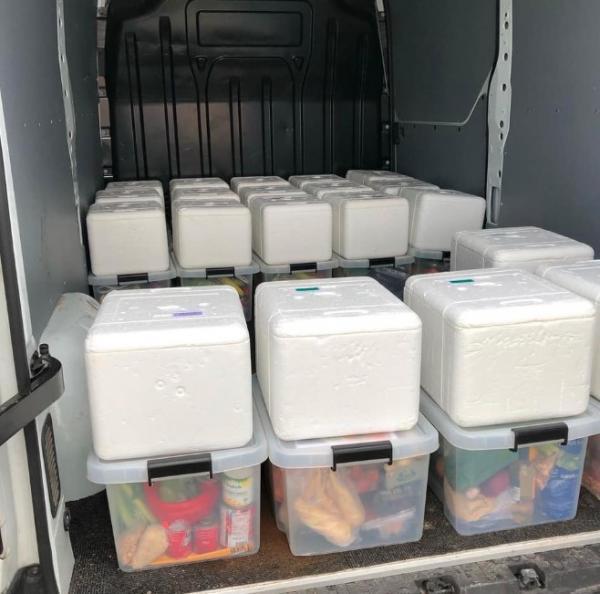 Måltidskasser pakket og klar til levering.