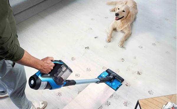 Hår og snavs fra hundenen er intet problem med en trådløs støvsuger fra Philips.