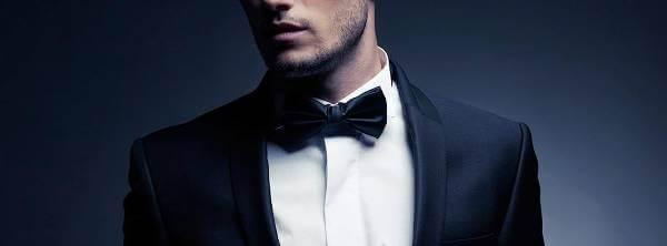 Sort slips på hvid skjorte