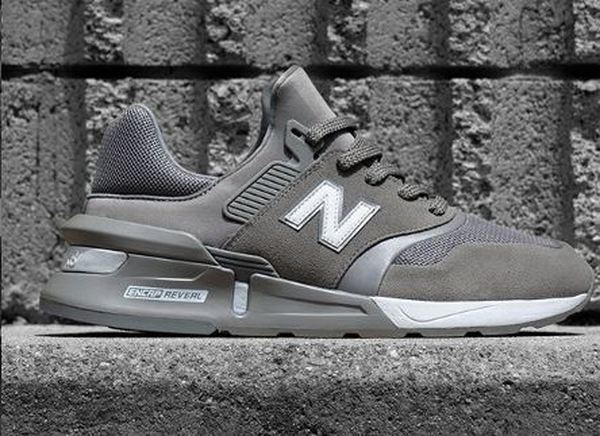 De grå New Balance sneakers er tidløse klassikere.